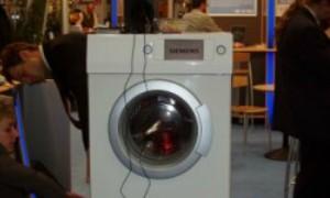 A beszélő mosógép bemutatón kiállítva.