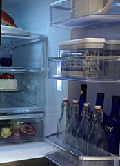 Háztartási hűtőgép, a hűtőgép szerelő illusztrációs képe.