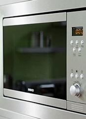 Beépített mikrohullámú sütő, a mikrohullámú sütő szerelő illusztrációs képe.