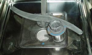 A mosogatógép belső szűrője közelről.
