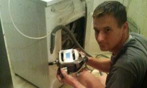 Varga Antal elektromos háztartásigép-szerelő javítás közben.