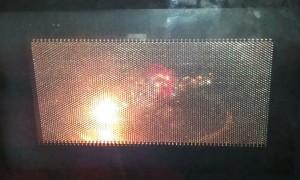 Egy a sütő téren belül szikrázó mikrohullámú sütő.