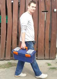 Varga Antal elektromos háztartási gép szerelő megy az utcán.